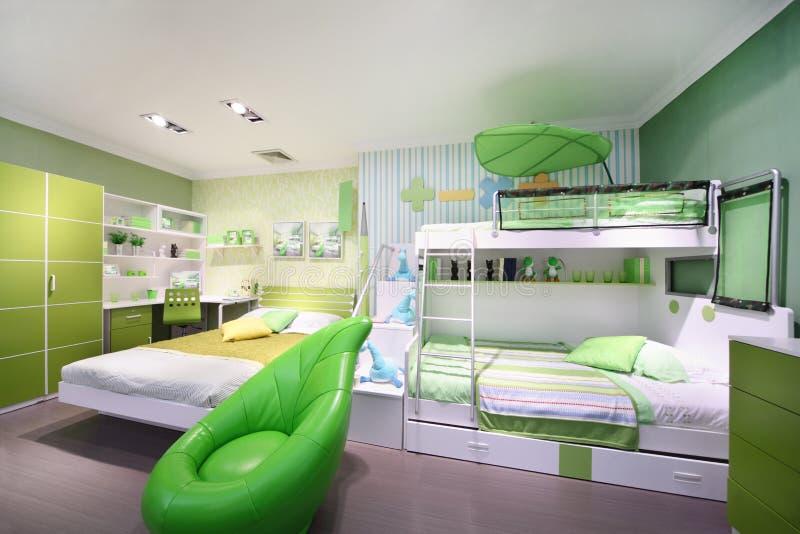 Stilfullt grönt barnsovrum royaltyfria bilder