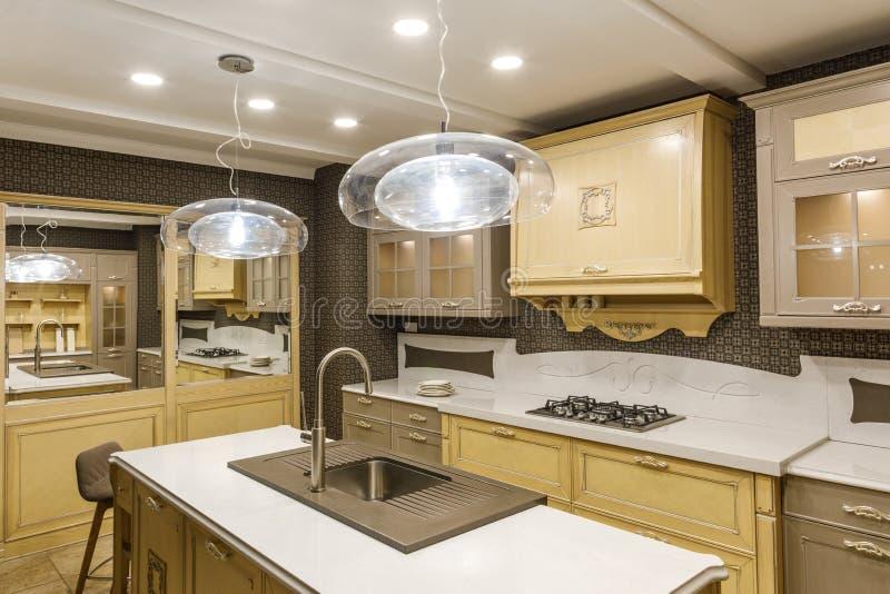 Stilfullt kök med den eleganta träräknaren och lampan arkivfoton