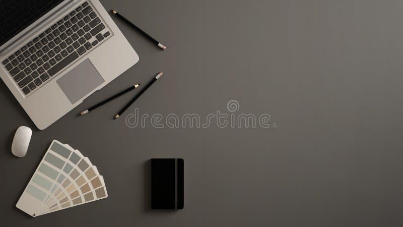 Stilfullt minsta kontorstabellskrivbord Workspace med bärbara datorn, anteckningsboken, blyertspennor och prövkopiafärgpaletten p royaltyfria foton