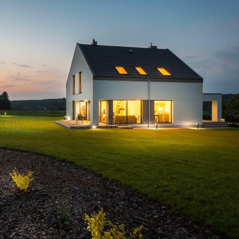 Stilfullt och modernt hus på natten fotografering för bildbyråer