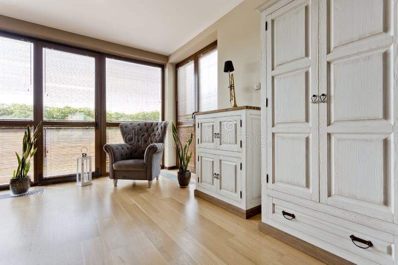 Stilfullt rum med tappningfurnitures royaltyfri fotografi
