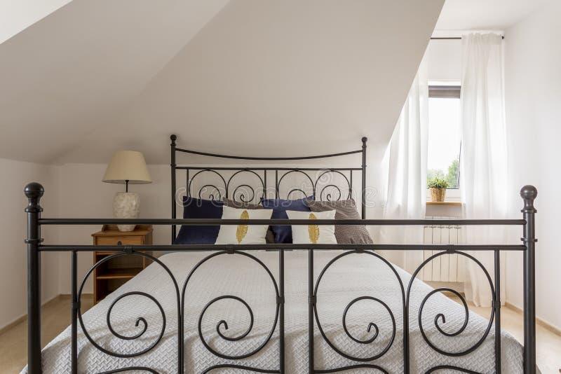 Stilfullt sovrum på det mycket lilla huset arkivbild