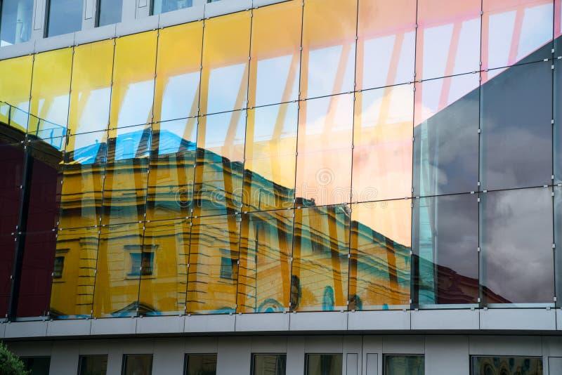 Stili architettonici di contrapposizione nella riflessione immagine stock