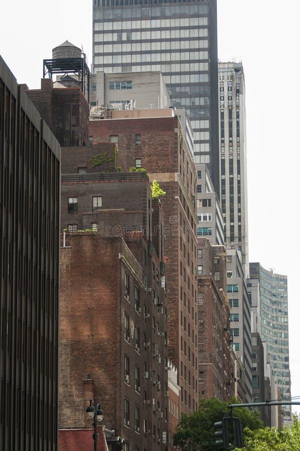 Stili architettonici di contrapposizione in New York fotografia stock