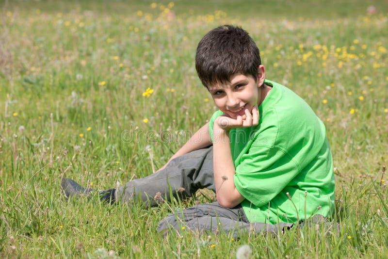 stilig äng för pojke arkivfoto