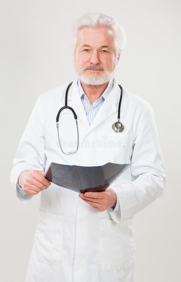 Stilig åldringdoktor med röntgenbild arkivbild