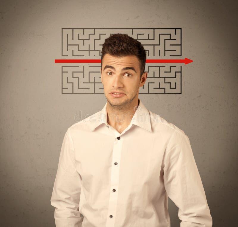 Stilig affärsgrabb som löser labyrint arkivbilder