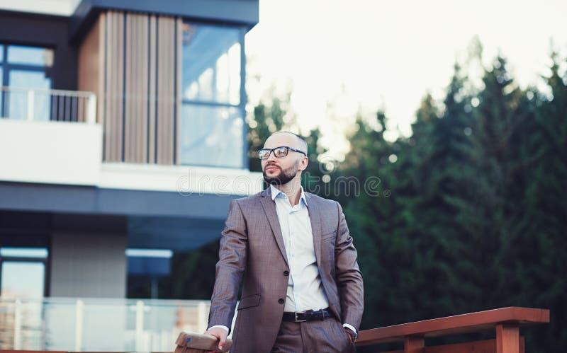 Stilig affärsman i en dräkt i stad royaltyfri foto