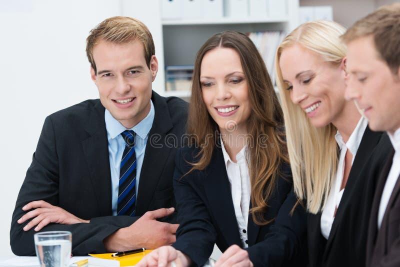 Stilig affärsman i ett möte royaltyfri bild