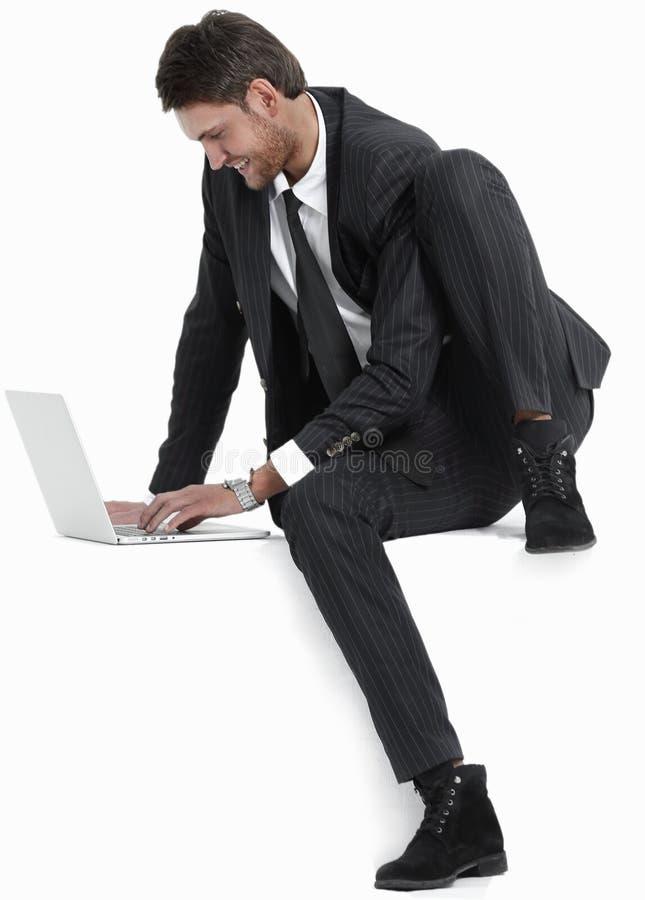 Stilig affärsman med en bärbar dator royaltyfri fotografi