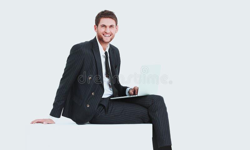 Stilig affärsman med en bärbar dator royaltyfri foto