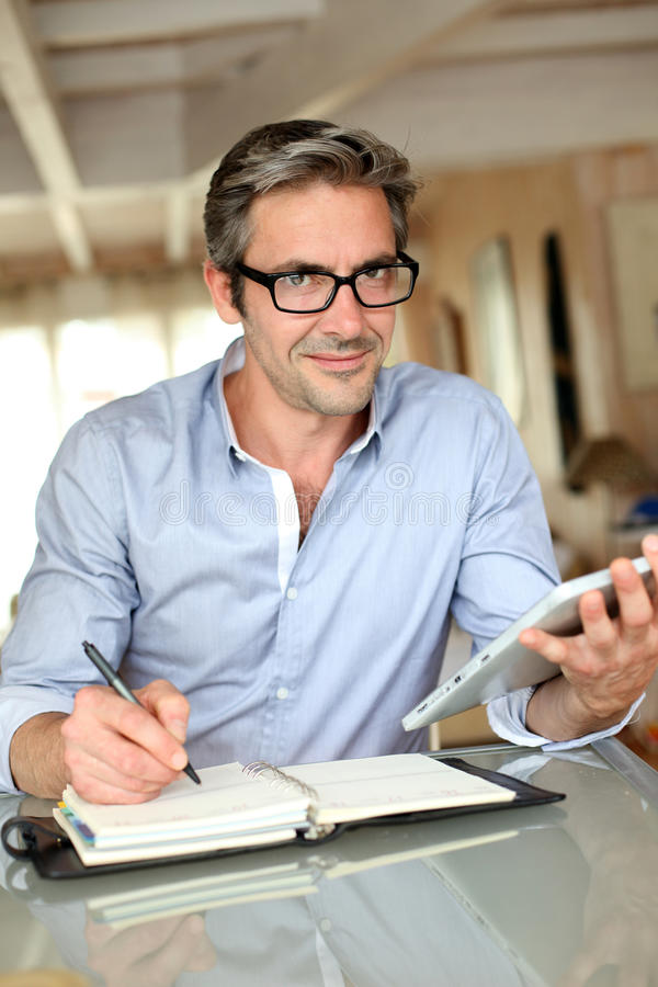 Stilig affärsman med tableten royaltyfri foto