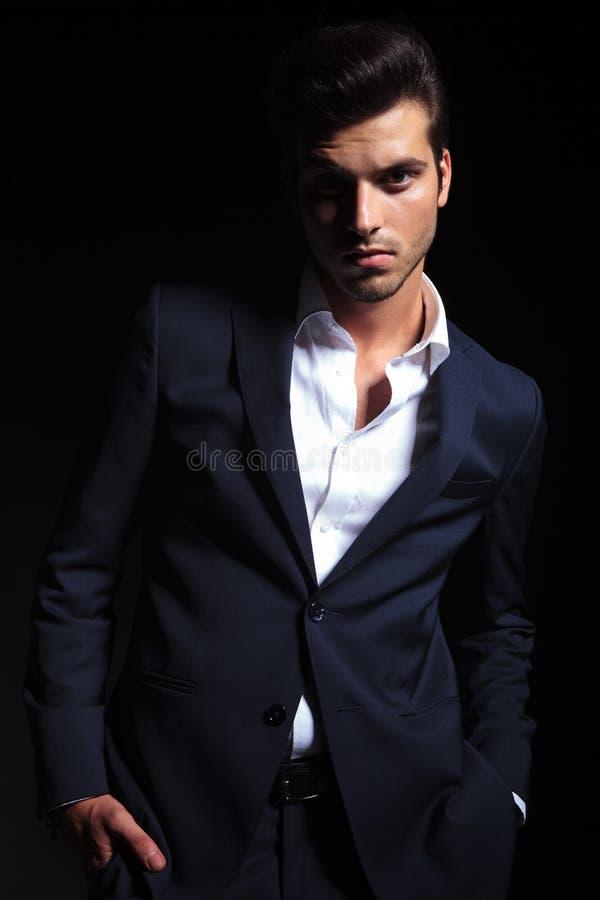 Stilig affärsman som poserar på svart studiobakgrund royaltyfri bild