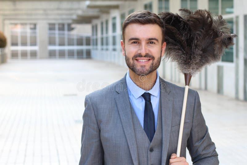 Stilig affärsman som rymmer en fjäderdammtrasa royaltyfri bild