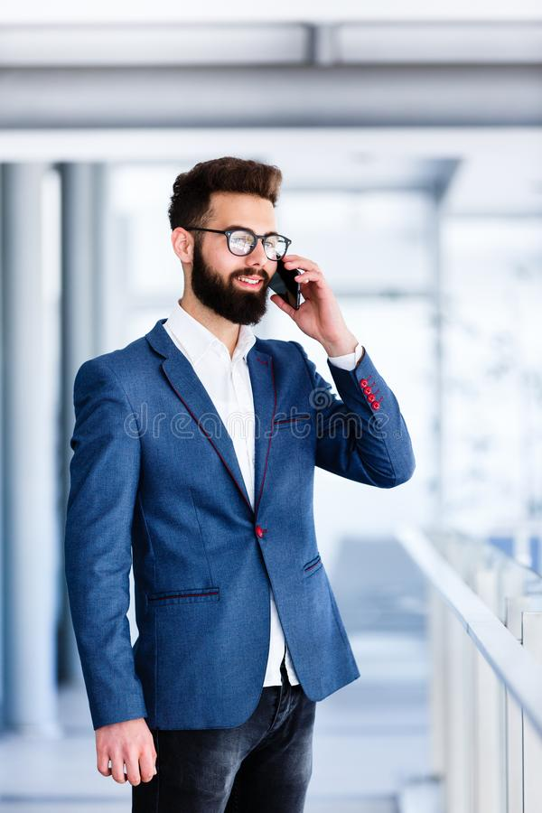 Stilig affärsman som talar på telefonen arkivbild