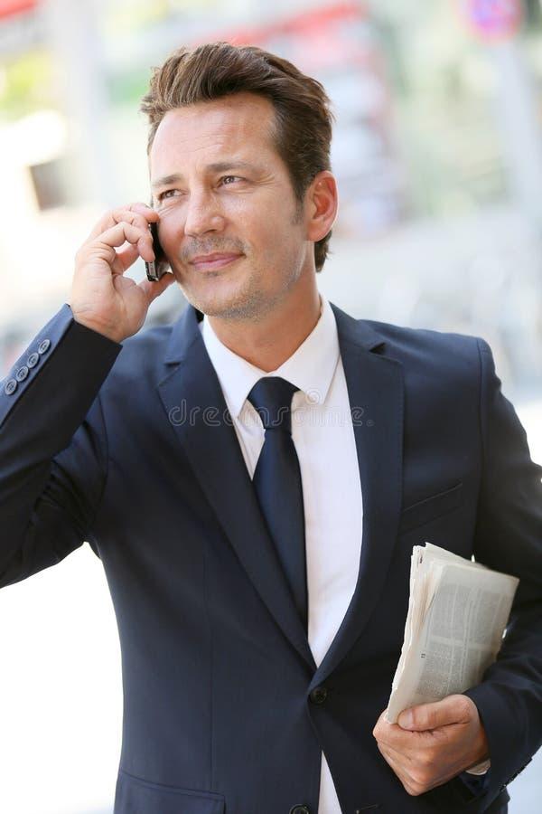 Stilig affärsman som talar på telefonen royaltyfri fotografi