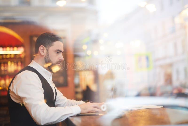 Stilig affärsman Working på kaffeavbrott royaltyfri fotografi