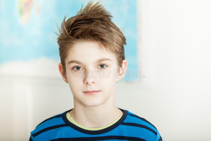 Stilig allvarlig ung preteenpojke royaltyfri foto