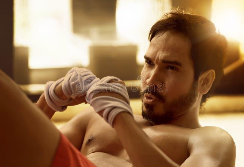 Stilig asiatisk muskulös man som gör sitta-UPS royaltyfria bilder