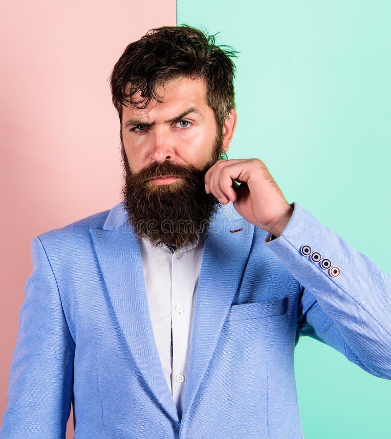 Stilig attraktiv grabb för Hipster med det långa skägget Mannen uppsökte hipsteren som vrider bakgrund för mustaschrosa färgblått arkivbild