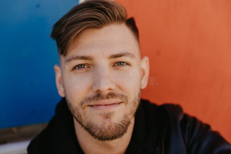 Stilig attraktiv manlig vuxen personmodell i färger för med textsidan upp nära stående för uttryck för vinterAutumn Season Head s fotografering för bildbyråer