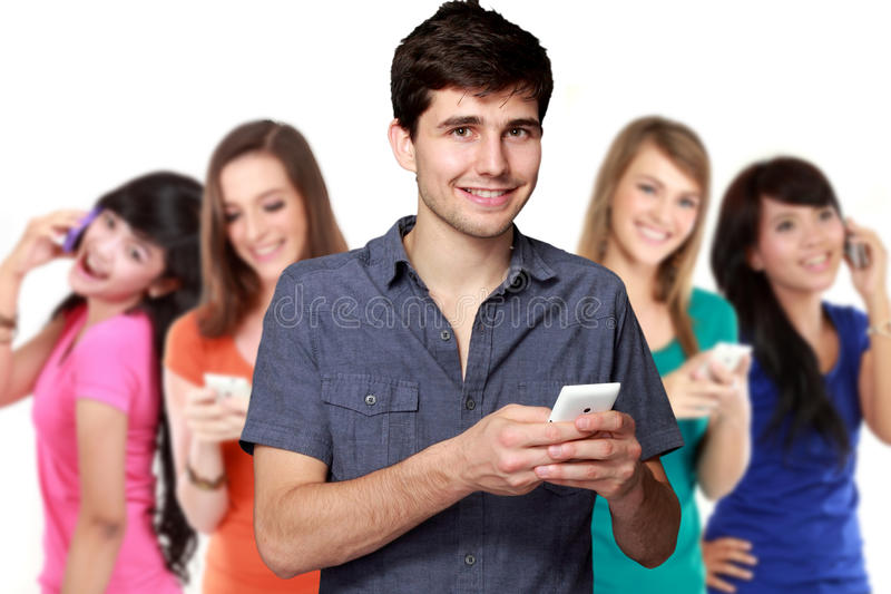 Stilig attraktiv ung man som använder mobiltelefonen royaltyfri bild