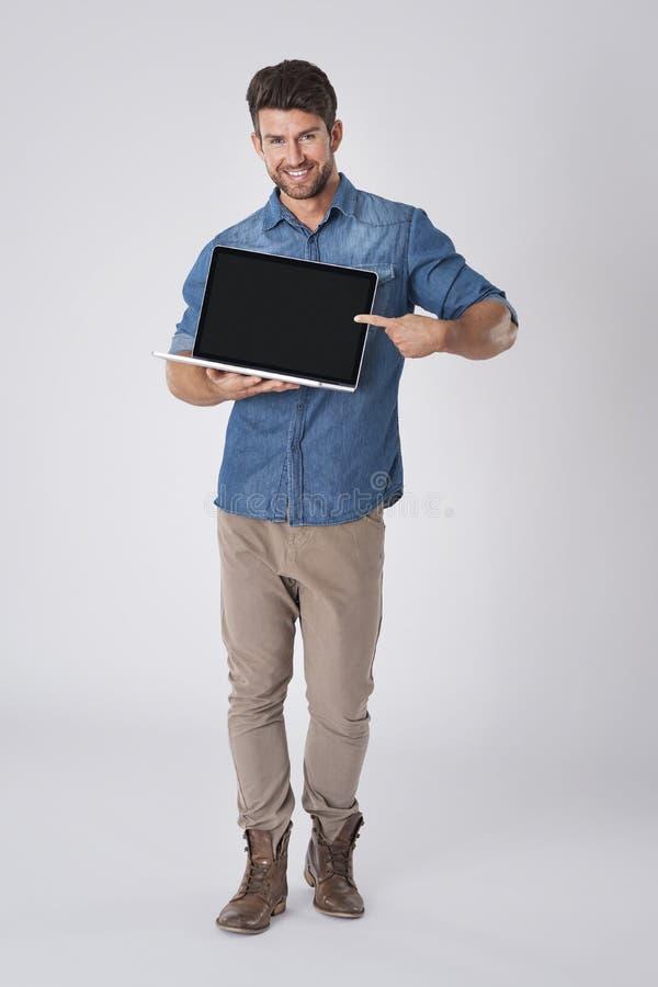 stilig bärbar datorman royaltyfri bild