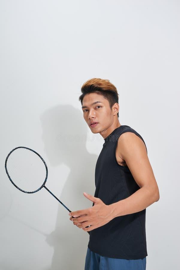 Stilig badmintonracket och fjäderboll för ung man hållande på G fotografering för bildbyråer