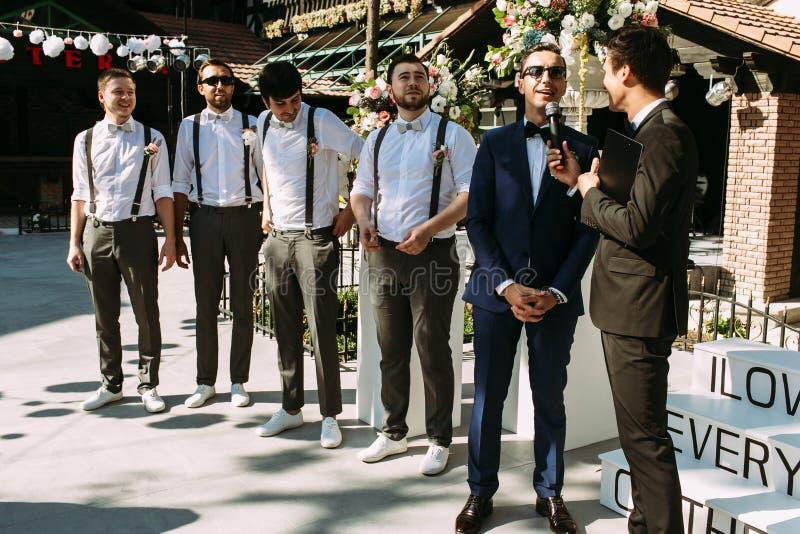 Stilig brudgum och groomsmen på bröllopceremonin arkivbilder