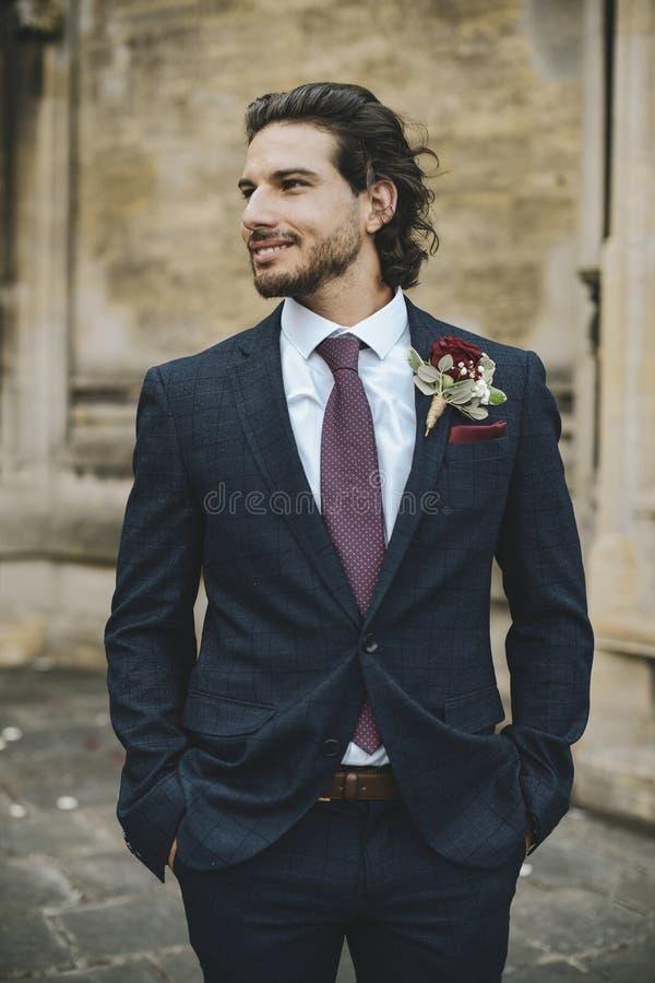 Stilig brudgum på hans bröllopdag royaltyfri foto