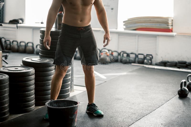 Stilig caucasian sexig konditionmodell i idrottshallslut upp abs arkivfoton