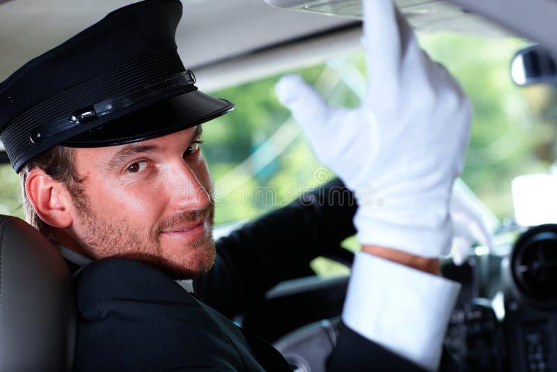 Stilig chaufför i elegant bil royaltyfri bild