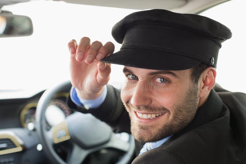 Stilig chaufför som ler på kameran royaltyfri bild