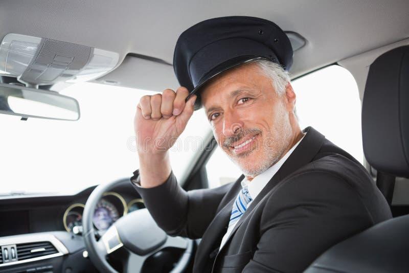 Stilig chaufför som ler på kameran arkivfoto