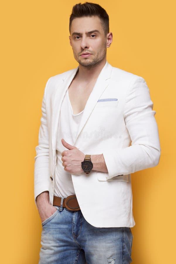 Stilig elegant man i det vita omslaget royaltyfri bild