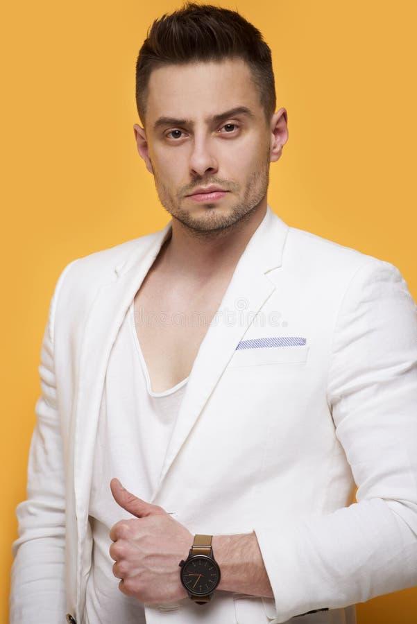 Stilig elegant man i det vita omslaget royaltyfri foto