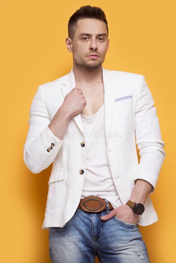 Stilig elegant man i det vita omslaget arkivfoton