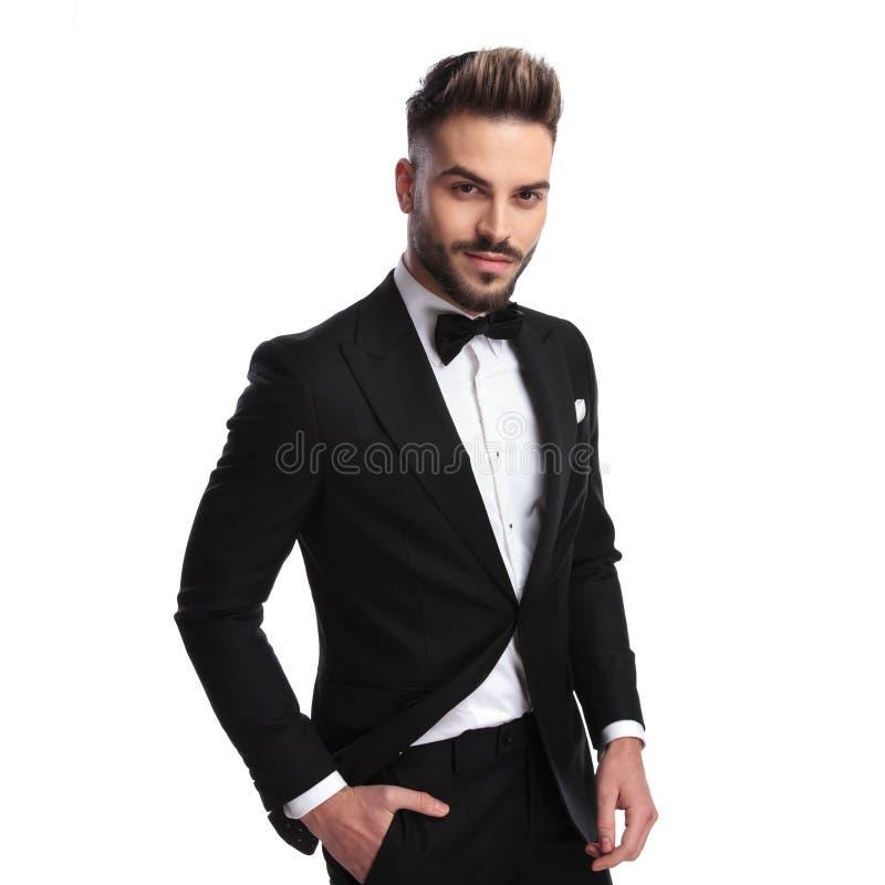Stilig elegant man i smoking och bowtie fotografering för bildbyråer