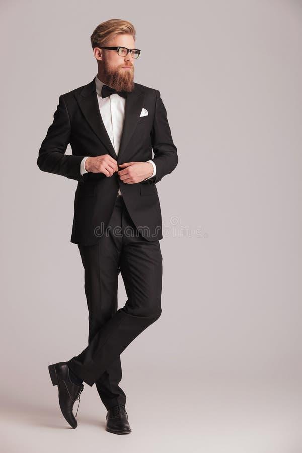Stilig elegant man som stänger hans omslag royaltyfri bild