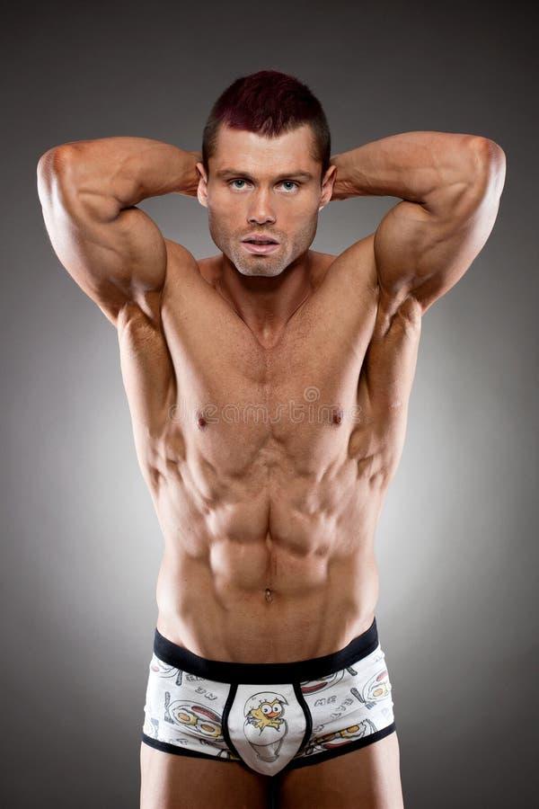 Stilig fit och muskulös man royaltyfria foton