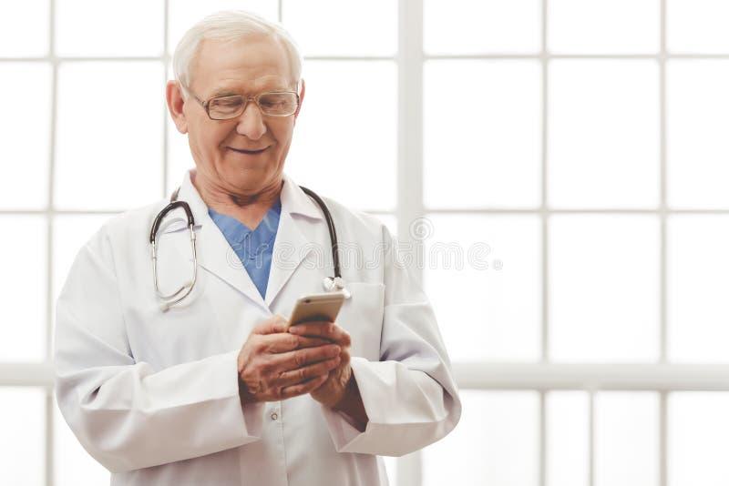 Stilig gammal doktor arkivfoton