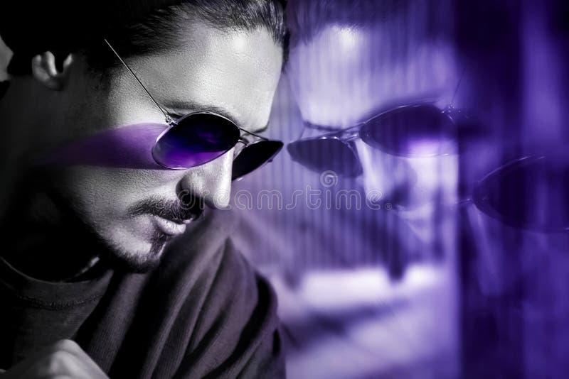 Stilig grabb i solglasögon med reflexion Trendig ultraviolett konstnärlig bild Sammansatt bild med svartvitt fotografering för bildbyråer