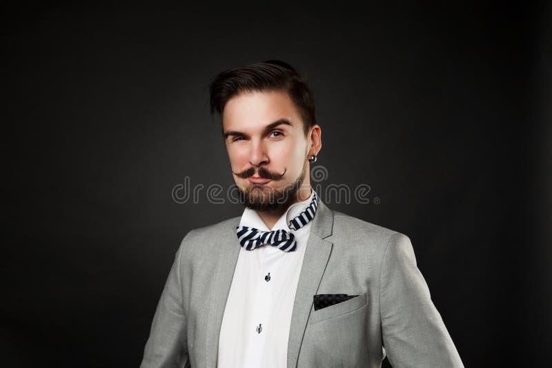 Stilig grabb med skägget och mustasch i dräkt royaltyfria foton