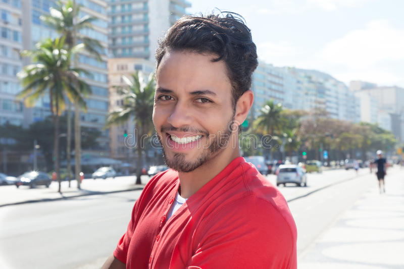 Stilig grabb med skägget och röd skjorta på staden fotografering för bildbyråer