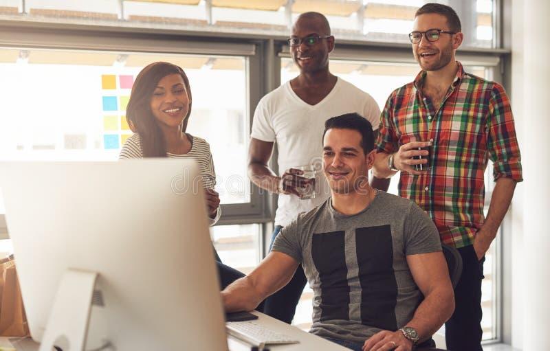 Stilig grupp av unga vuxna människor på skrivbordet arkivfoto
