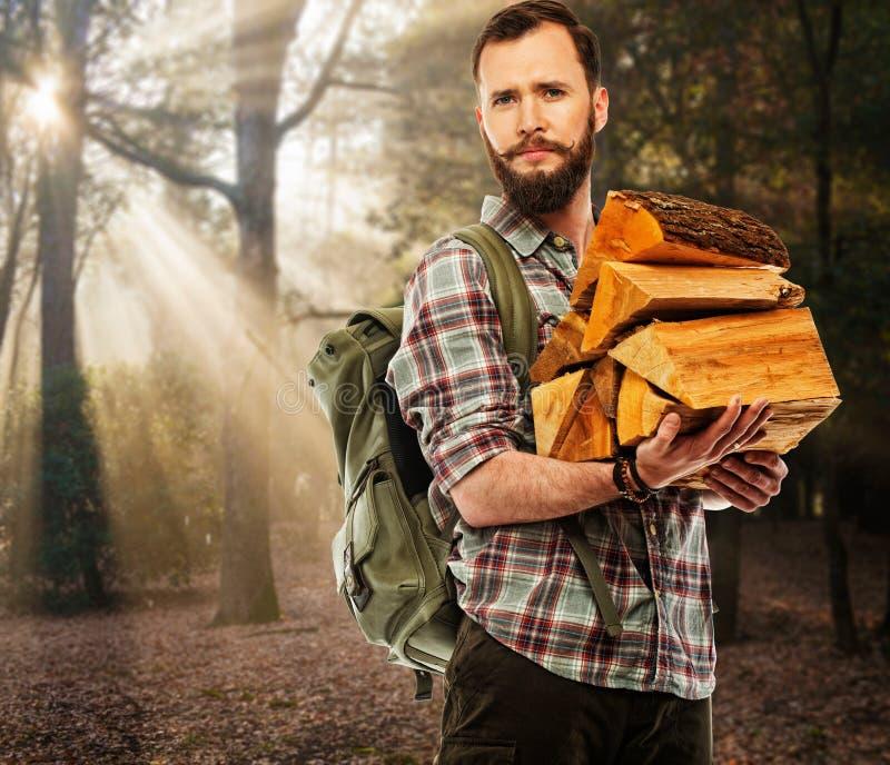 Stilig handelsresande i höstlig skog arkivbild