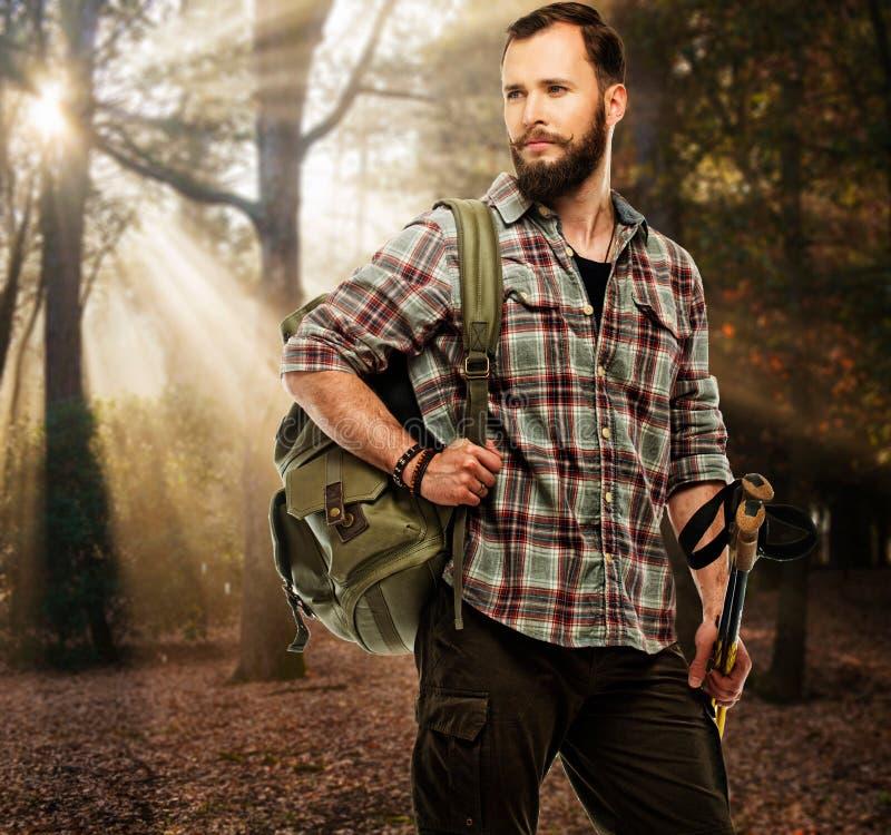 Stilig handelsresande i höstlig skog fotografering för bildbyråer