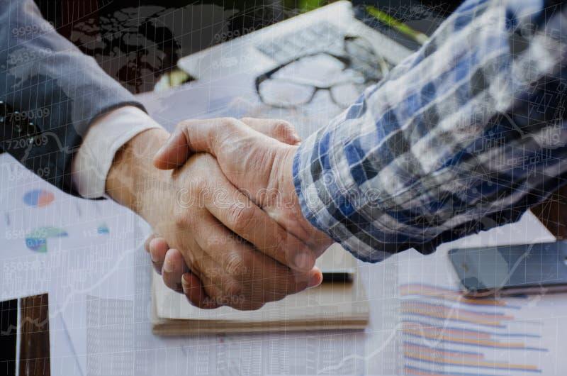 Stilig handskakning för affärsman Lyckad affärsmanhandshaking efter åtskilligt royaltyfri foto
