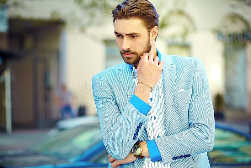 Stilig hipsterman i dräkt i gatan royaltyfri bild