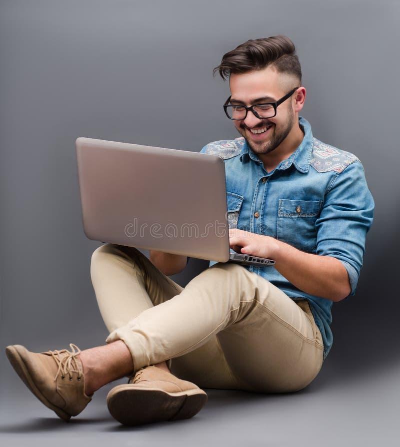 Stilig hipsterman med bärbara datorn royaltyfri bild